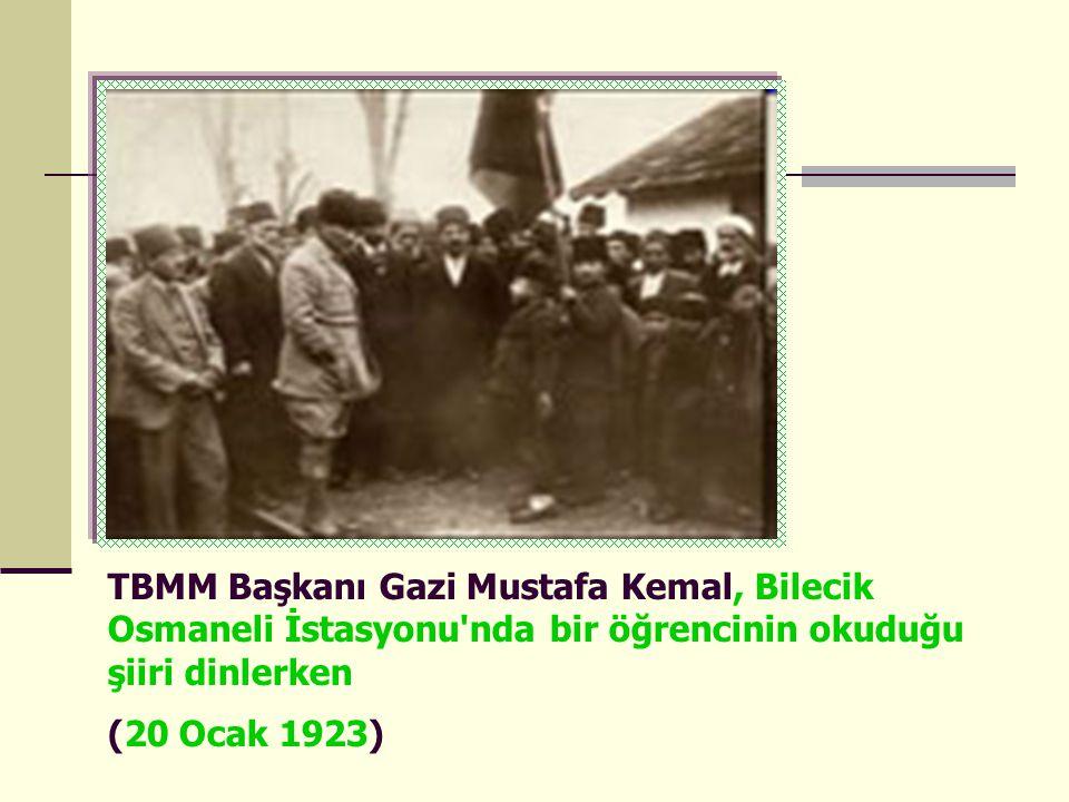 TBMM Başkanı Gazi Mustafa Kemal, Bilecik Osmaneli İstasyonu'nda bir öğrencinin okuduğu şiiri dinlerken (20 Ocak 1923)