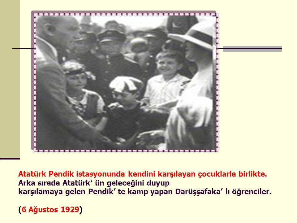 Atatürk Pendik istasyonunda kendini karşılayan çocuklarla birlikte. Arka sırada Atatürk' ün geleceğini duyup karşılamaya gelen Pendik' te kamp yapan D