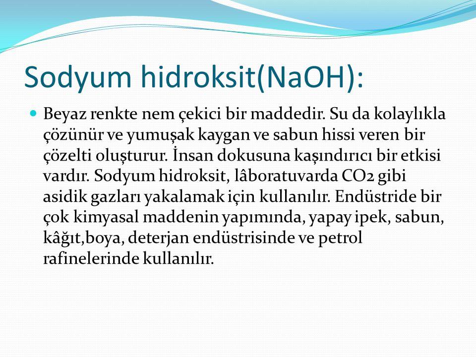 Sodyum hidroksit(NaOH): Beyaz renkte nem çekici bir maddedir. Su da kolaylıkla çözünür ve yumuşak kaygan ve sabun hissi veren bir çözelti oluşturur. İ
