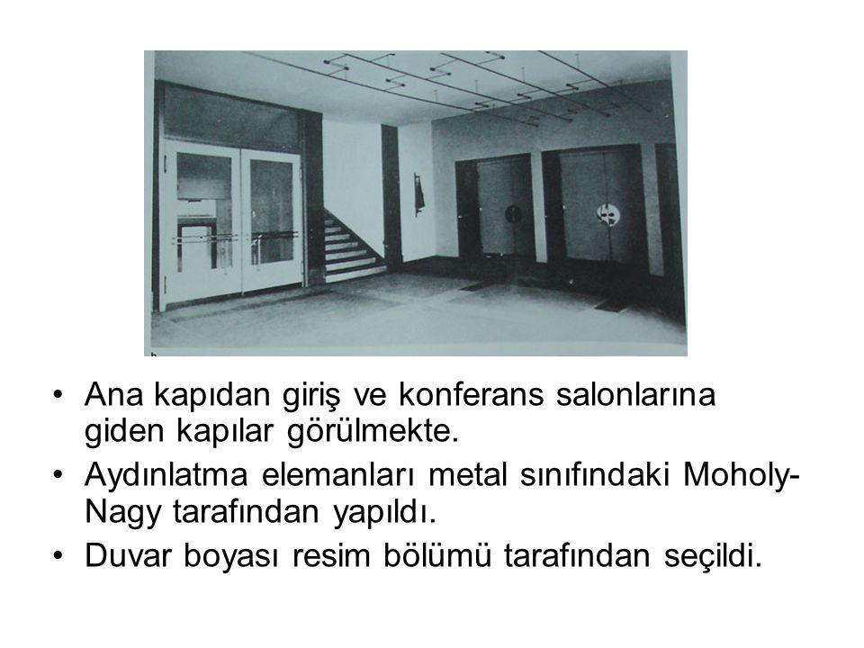 Ana kapıdan giriş ve konferans salonlarına giden kapılar görülmekte. Aydınlatma elemanları metal sınıfındaki Moholy- Nagy tarafından yapıldı. Duvar bo
