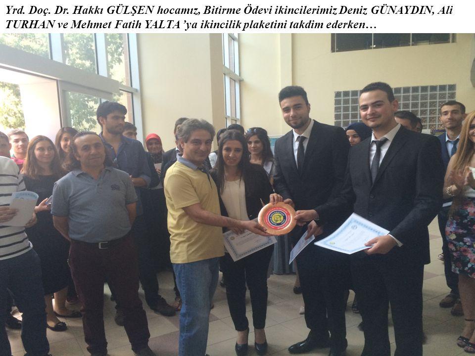 Yrd. Doç. Dr. Hakkı GÜLŞEN hocamız, Bitirme Ödevi ikincilerimiz Deniz GÜNAYDIN, Ali TURHAN ve Mehmet Fatih YALTA 'ya ikincilik plaketini takdim ederke