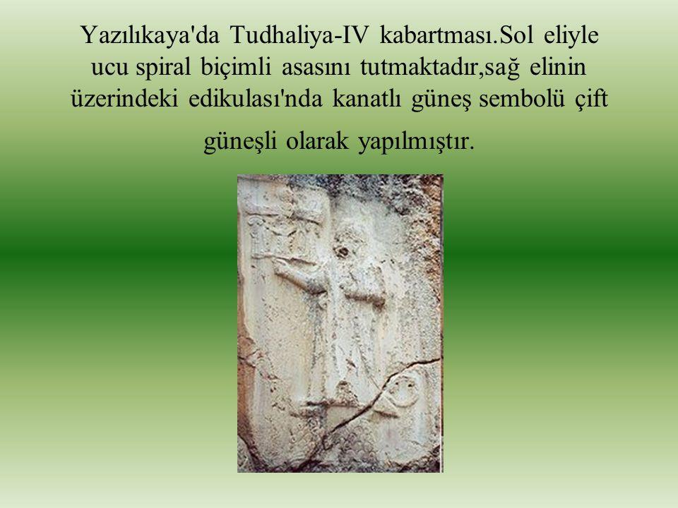 Yazılıkaya'da Tudhaliya-IV kabartması.Sol eliyle ucu spiral biçimli asasını tutmaktadır,sağ elinin üzerindeki edikulası'nda kanatlı güneş sembolü çift