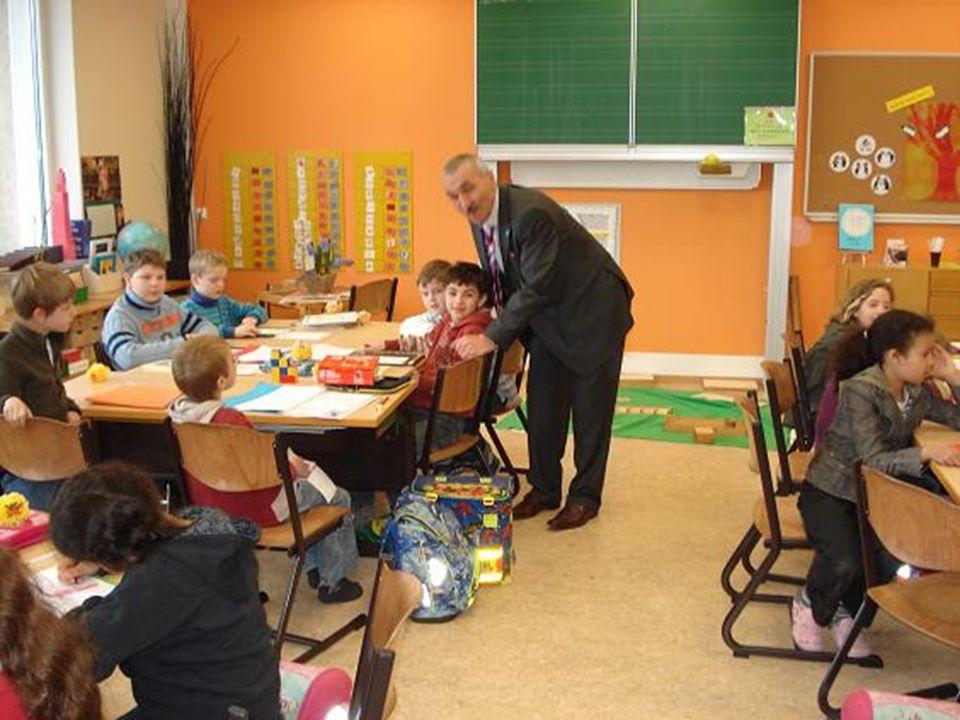  Sınıf kurallarını belirleyin, sınıf kurallarını tek tek öğretin ve kuralların yazılı/görsel olarak yer aldığı bir pano hazırlayın.
