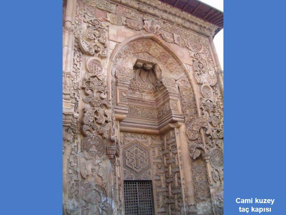 Cami kuzey taç kapısı