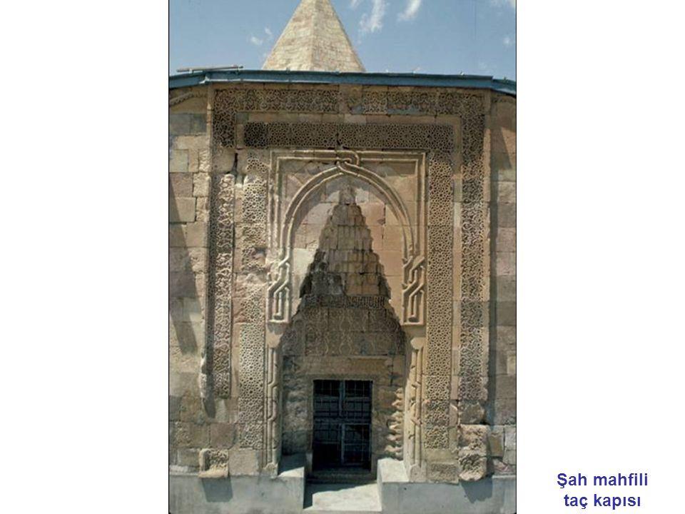 Şah mahfili taç kapısı
