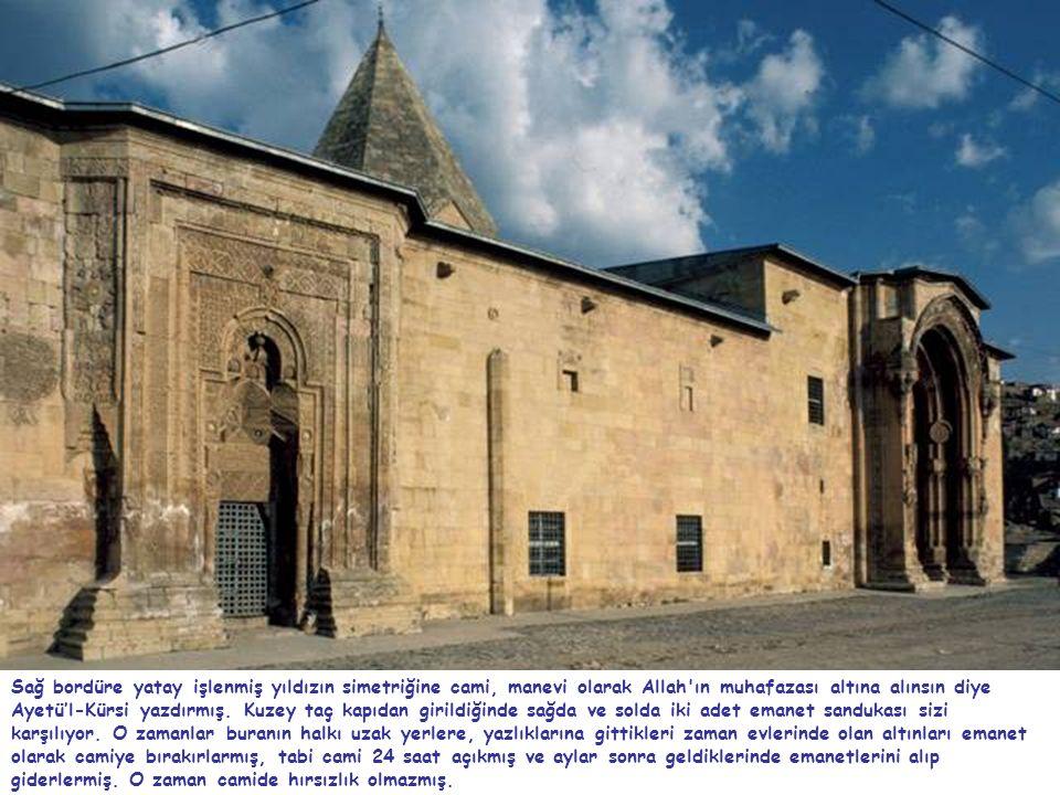 Sağ bordüre yatay işlenmiş yıldızın simetriğine cami, manevi olarak Allah'ın muhafazası altına alınsın diye Ayetü'l-Kürsi yazdırmış. Kuzey taç kapıdan