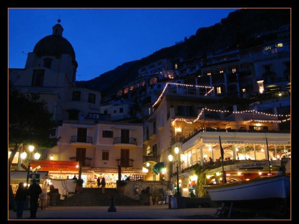 İtalya'nın en çok beğendiğim yerlerinden biri. Sizler de görünce hayran kalacaksınız. Amalfi sahilinde kayaların üzerine inşa edilmiş güzel bir kasaba