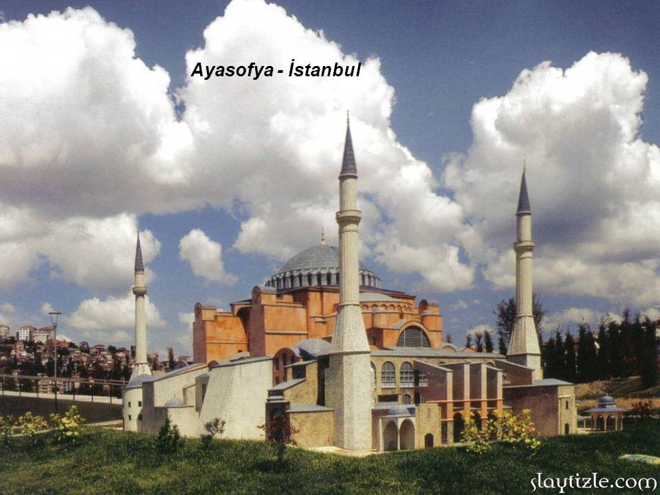 Pek çok kez çöken kubbesi en son 1346 yılında yeniden yapılmıştır.13.yüzyılda 4.Haçlı ordusu tarafından yağmalanan bina,Osmanlı döneminde yapılan onar