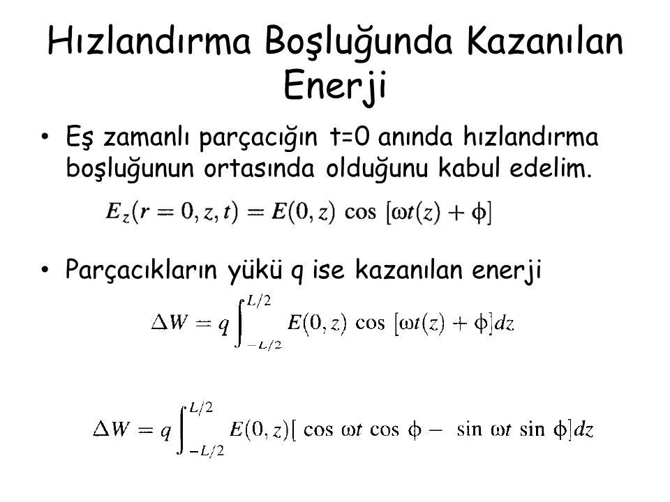 Eş zamanlı parçacığın t=0 anında hızlandırma boşluğunun ortasında olduğunu kabul edelim. Parçacıkların yükü q ise kazanılan enerji Hızlandırma Boşluğu