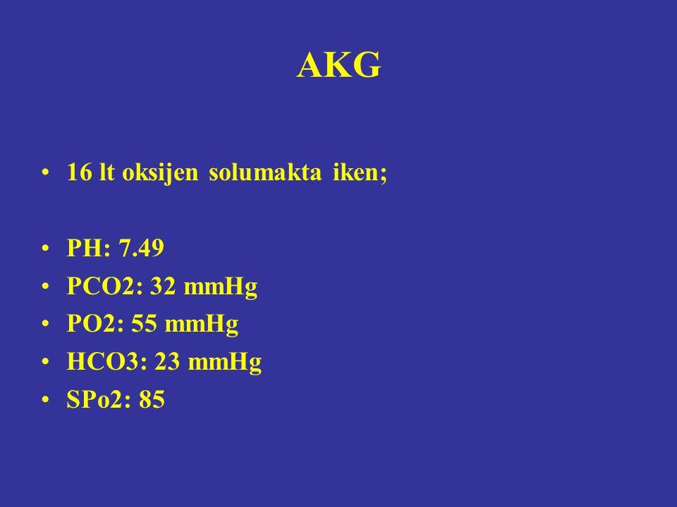 AKG 16 lt oksijen solumakta iken; PH: 7.49 PCO2: 32 mmHg PO2: 55 mmHg HCO3: 23 mmHg SPo2: 85