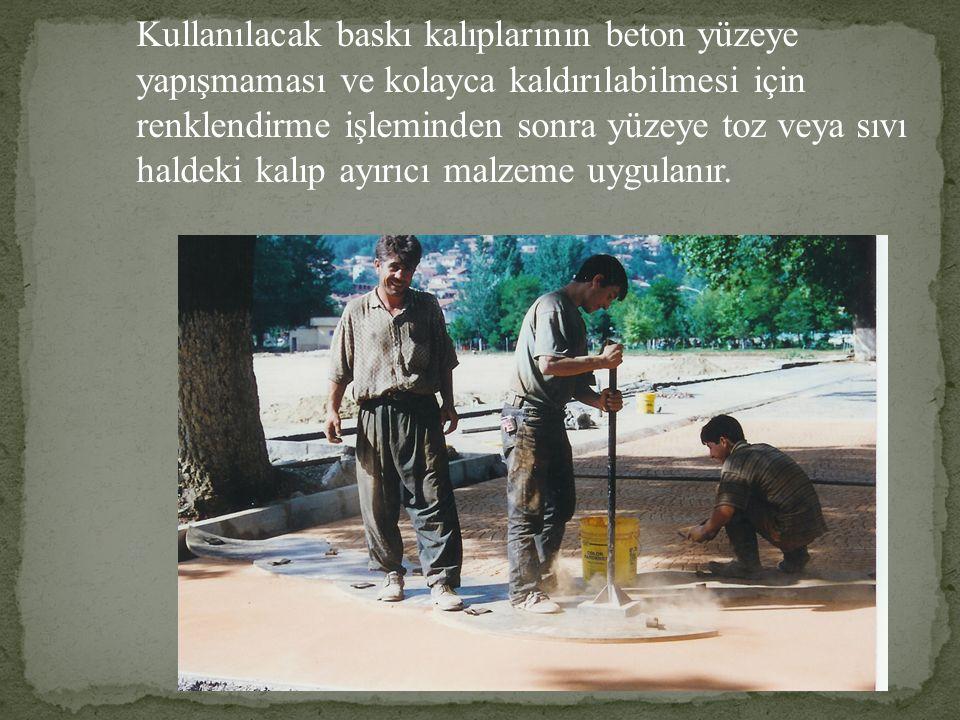 Kullanılacak baskı kalıplarının beton yüzeye yapışmaması ve kolayca kaldırılabilmesi için renklendirme işleminden sonra yüzeye toz veya sıvı haldeki k