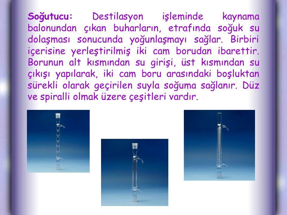 Soğutucu: Destilasyon işleminde kaynama balonundan çıkan buharların, etrafında soğuk su dolaşması sonucunda yoğunlaşmayı sağlar. Birbiri içerisine yer