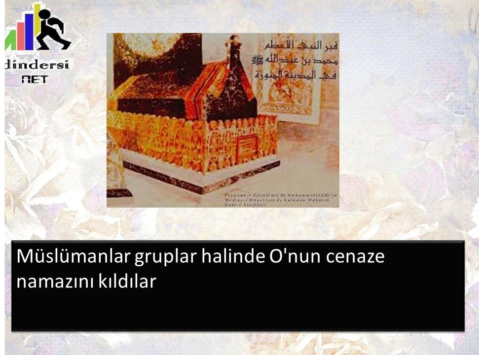 Müslümanlar gruplar halinde O'nun cenaze namazını kıldılar