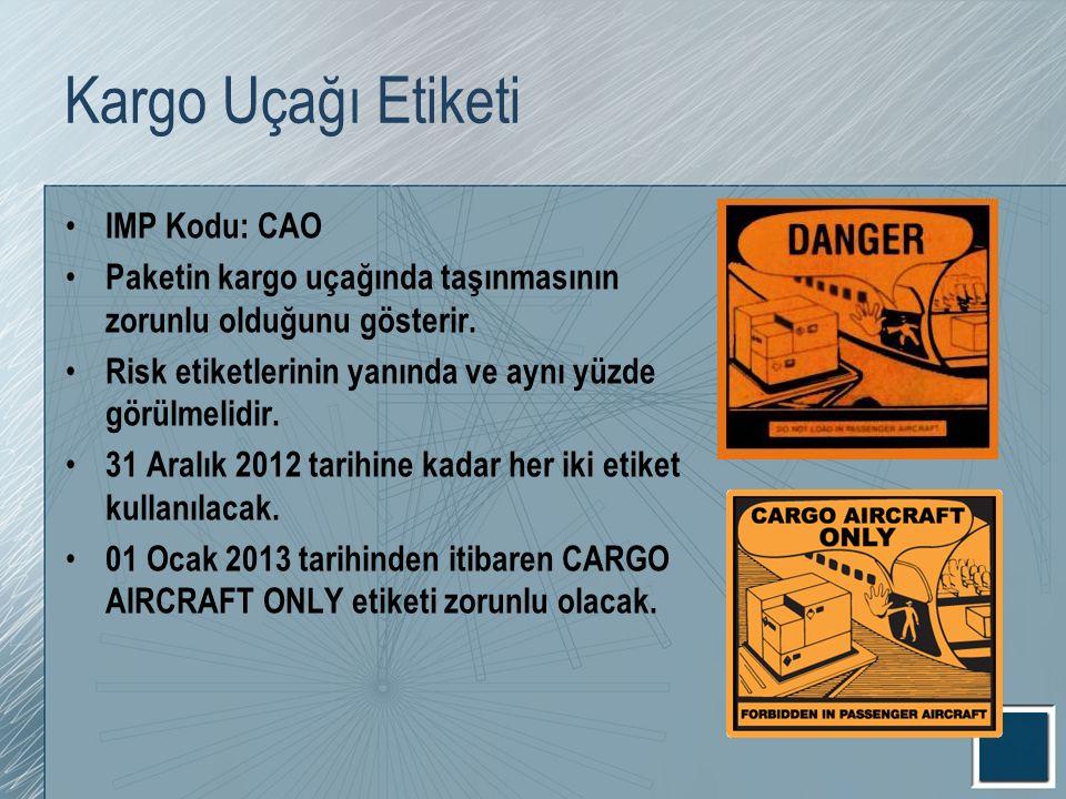 Kargo Uçağı Etiketi IMP Kodu: CAO Paketin kargo uçağında taşınmasının zorunlu olduğunu gösterir. Risk etiketlerinin yanında ve aynı yüzde görülmelidir