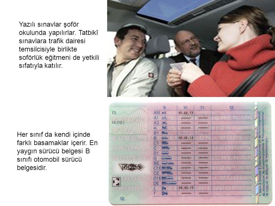 Yazılı sınavlar şoför okulunda yapılırlar. Tatbikî sınavlara trafik dairesi temsilcisiyle birlikte soförlük eğitmeni de yetkili sıfatıyla katılır. Her