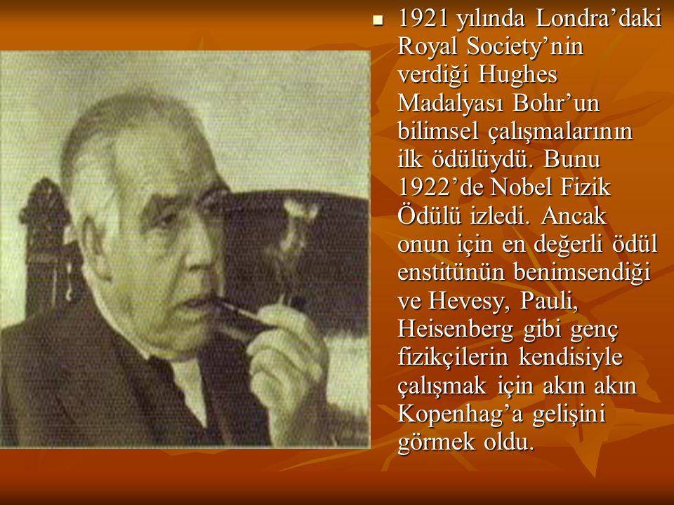 1921 yılında Londra'daki Royal Society'nin verdiği Hughes Madalyası Bohr'un bilimsel çalışmalarının ilk ödülüydü. Bunu 1922'de Nobel Fizik Ödülü izled