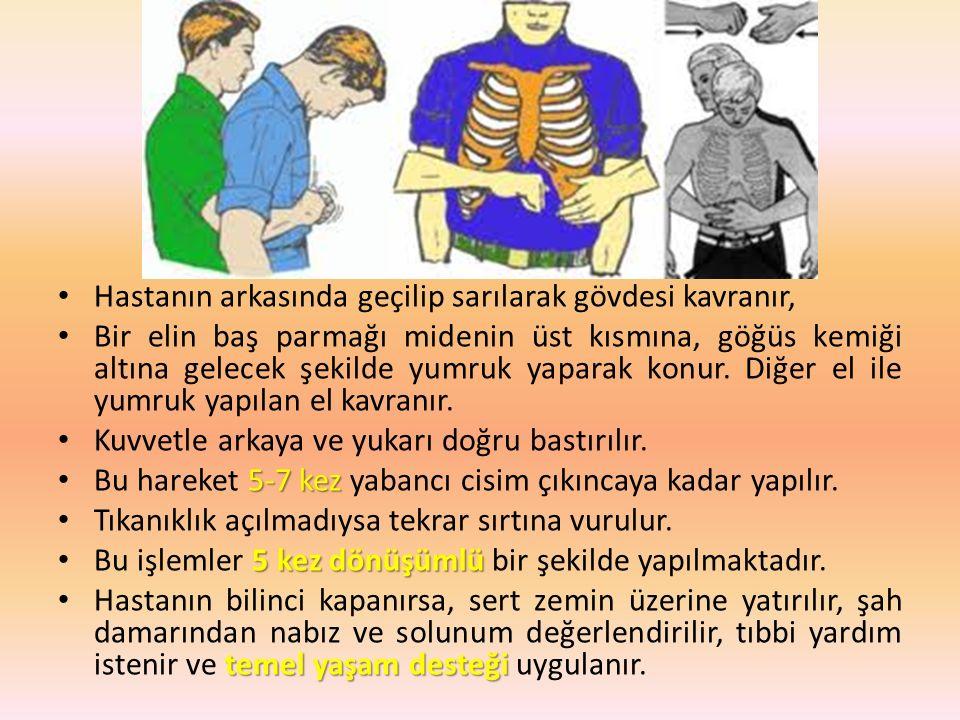 Hastanın arkasında geçilip sarılarak gövdesi kavranır, Bir elin baş parmağı midenin üst kısmına, göğüs kemiği altına gelecek şekilde yumruk yaparak konur.