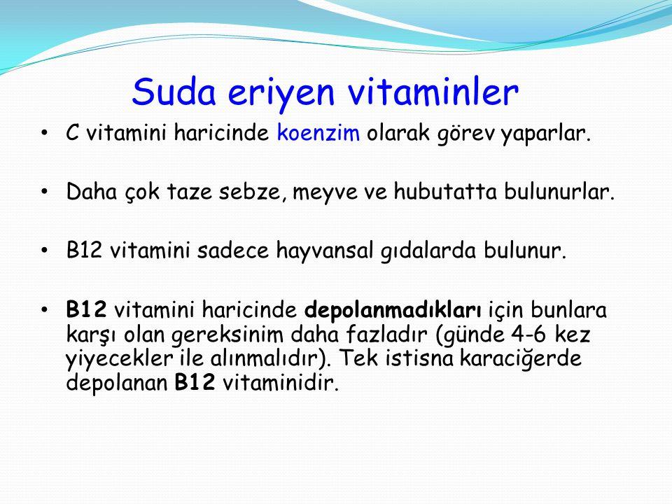 Suda eriyen vitaminler C vitamini haricinde koenzim olarak görev yaparlar. Daha çok taze sebze, meyve ve hubutatta bulunurlar. B12 vitamini sadece hay