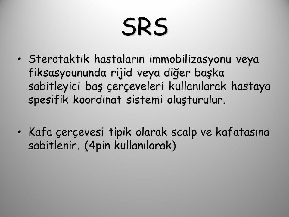 SRS Sterotaktik hastaların immobilizasyonu veya fiksasyoununda rijid veya diğer başka sabitleyici baş çerçeveleri kullanılarak hastaya spesifik koordinat sistemi oluşturulur.