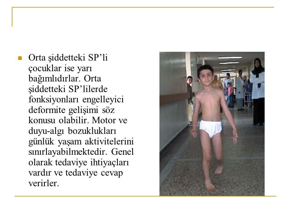 Orta şiddetteki SP'li çocuklar ise yarı bağımlıdırlar. Orta şiddetteki SP'lilerde fonksiyonları engelleyici deformite gelişimi söz konusu olabilir. Mo