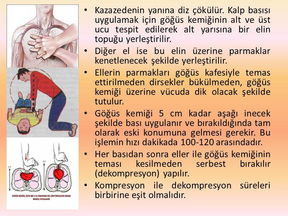 Kazazedenin yanına diz çökülür. Kalp basısı uygulamak için göğüs kemiğinin alt ve üst ucu tespit edilerek alt yarısına bir elin topuğu yerleştirilir.