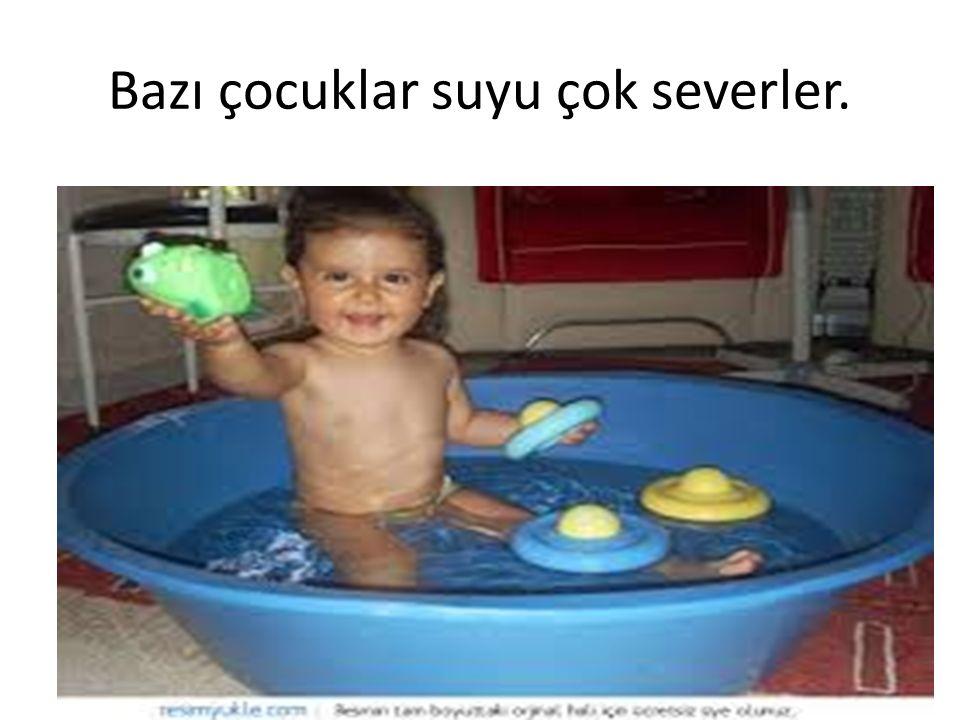 Bazı çocuklar suyu çok severler.