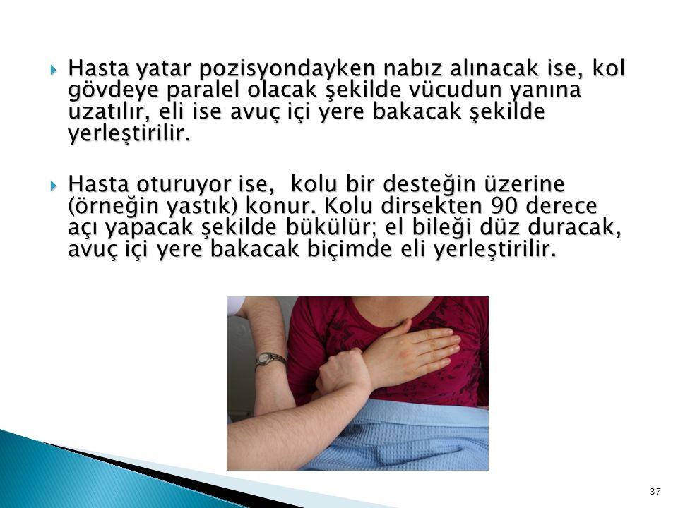  Hasta yatar pozisyondayken nabız alınacak ise, kol gövdeye paralel olacak şekilde vücudun yanına uzatılır, eli ise avuç içi yere bakacak şekilde yer