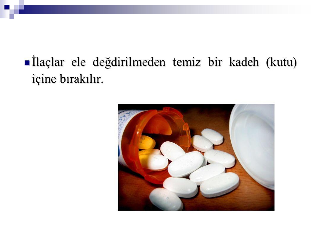 İlaçlar ele değdirilmeden temiz bir kadeh (kutu) içine bırakılır. İlaçlar ele değdirilmeden temiz bir kadeh (kutu) içine bırakılır.