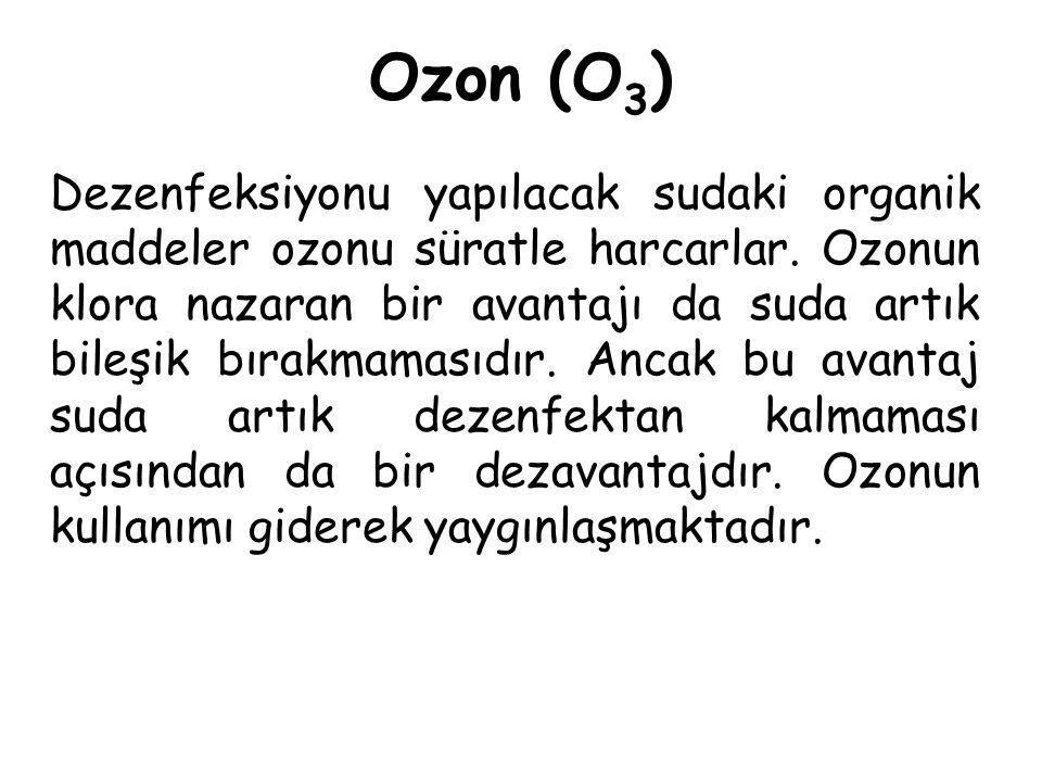 Ozon (O 3 ) Dezenfeksiyonu yapılacak sudaki organik maddeler ozonu süratle harcarlar. Ozonun klora nazaran bir avantajı da suda artık bileşik bırakmam