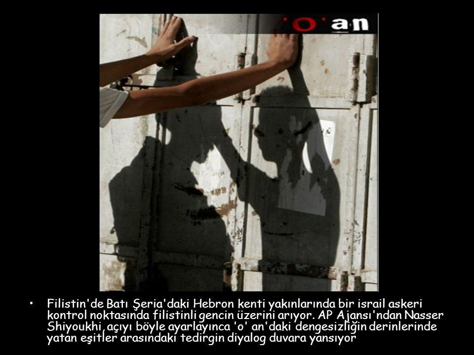 Filistin de Batı Şeria daki Hebron kenti yakınlarında bir israil askeri kontrol noktasında filistinli gencin üzerini arıyor.