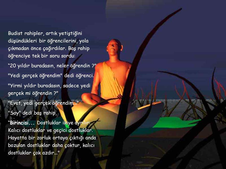 Budist rahipler, artık yetiştiğini düşündükleri bir öğrencilerini, yola çıkmadan önce çağırdılar.