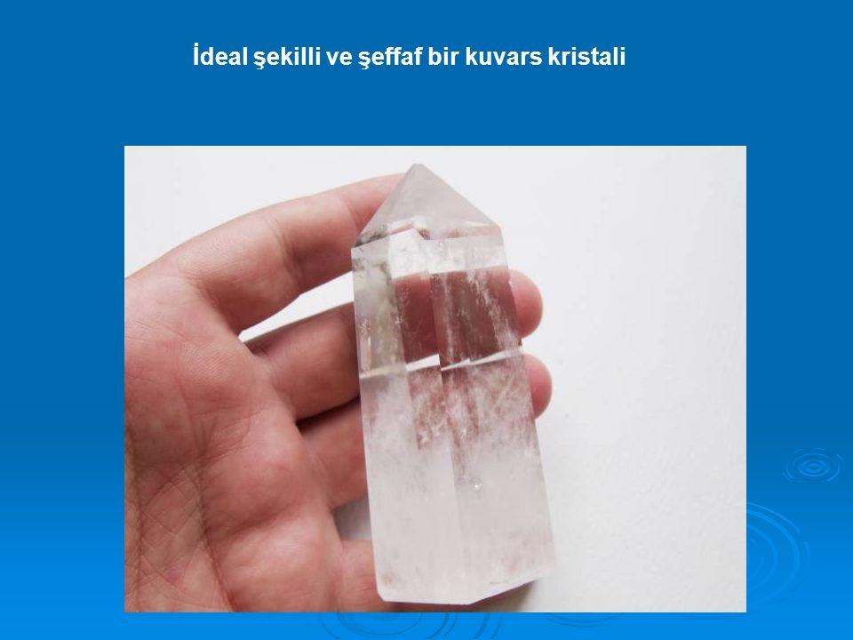 İdeal şekilli ve şeffaf bir kuvars kristali