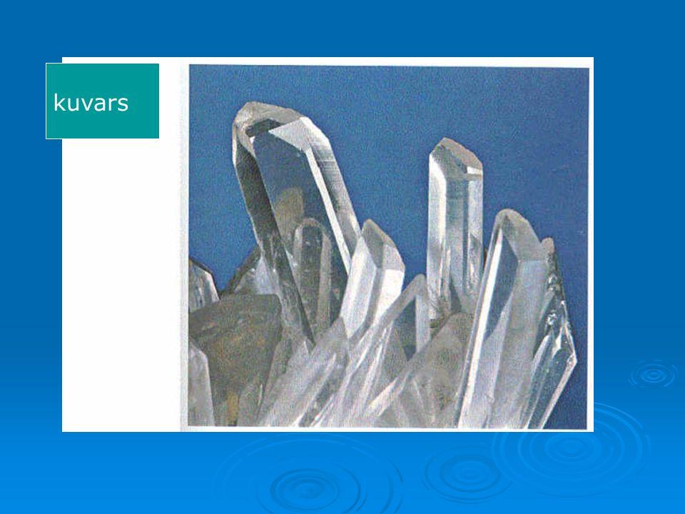 Nefelin (solda kristal şekli, altta kristali)