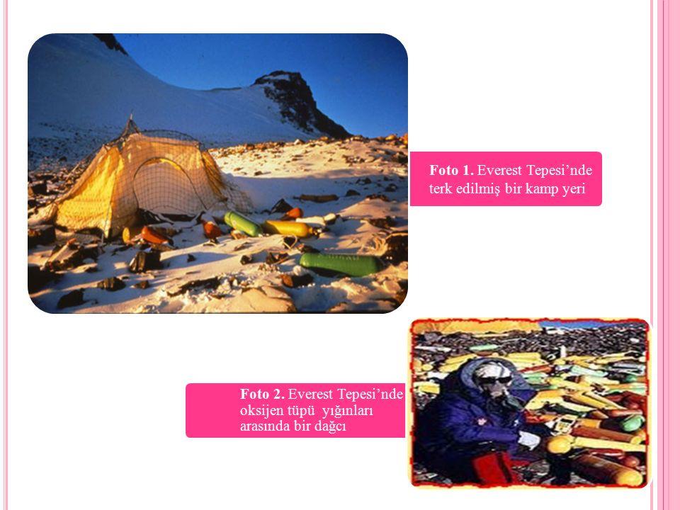 Foto 1. Everest Tepesi'nde terk edilmiş bir kamp yeri Foto 2. Everest Tepesi'nde oksijen tüpü yığınları arasında bir dağcı