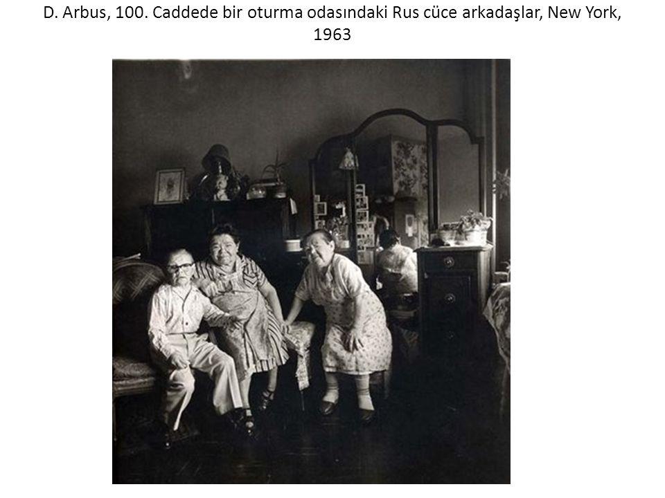 D. Arbus, 100. Caddede bir oturma odasındaki Rus cüce arkadaşlar, New York, 1963