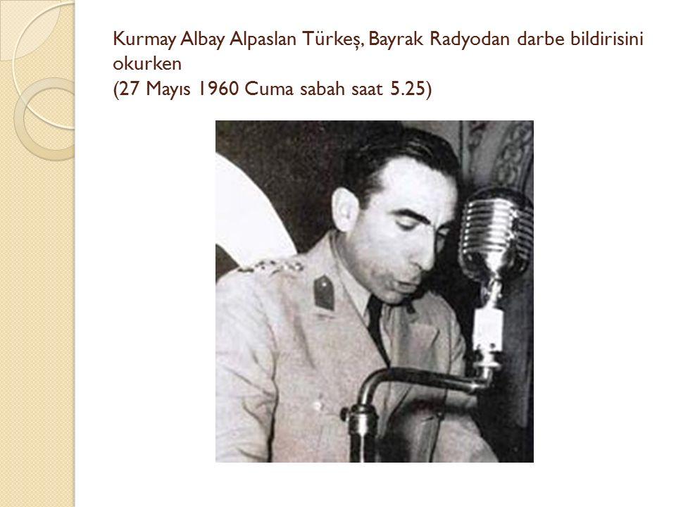 Kurmay Albay Alpaslan Türkeş, Bayrak Radyodan darbe bildirisini okurken (27 Mayıs 1960 Cuma sabah saat 5.25)