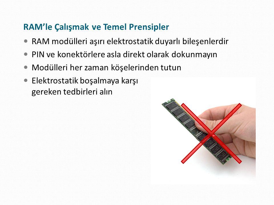 DIMM Modüllerinin Takılması Kenar sabitleyicileri açık duruma getirin Yönlendirme çentiklerine dikkat edin PIN'ler slotlara denk geldiğinde aşağıya doğru kuvvetlice itin Modül slota tam olarak yerleştiğinde, kenar sabitleyicileri eski halini alarak otomatik olarak kapanmalıdır