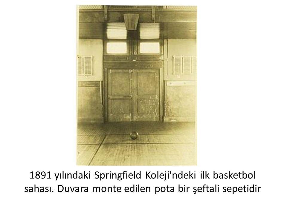 1891 yılındaki Springfield Koleji ndeki ilk basketbol sahası.
