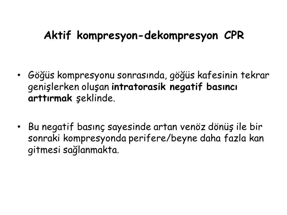 Aktif kompresyon-dekompresyon CPR Göğüs kompresyonu sonrasında, göğüs kafesinin tekrar genişlerken oluşan intratorasik negatif basıncı arttırmak şekli