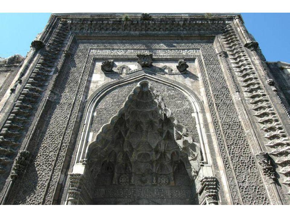Çifte Minareli Medresenin tam karşısındadır.