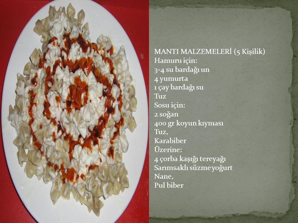 MANTI MALZEMELERİ (5 Kişilik) Hamuru için: 3-4 su bardağı un 4 yumurta 1 çay bardağı su Tuz Sosu için: 2 soğan 400 gr koyun kıyması Tuz, Karabiber Üze