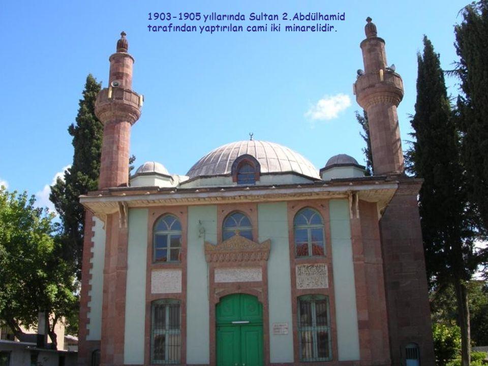 1903-1905 yıllarında Sultan 2.Abdülhamid tarafından yaptırılan cami iki minarelidir.
