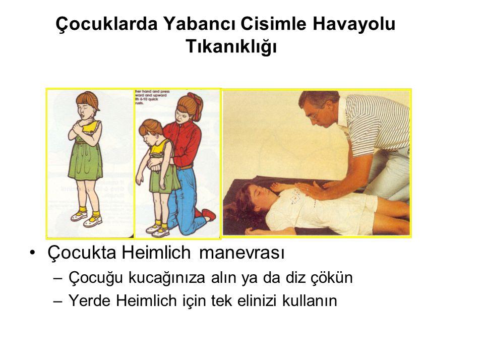 Çocuklarda Yabancı Cisimle Havayolu Tıkanıklığı Çocukta Heimlich manevrası –Çocuğu kucağınıza alın ya da diz çökün –Yerde Heimlich için tek elinizi ku