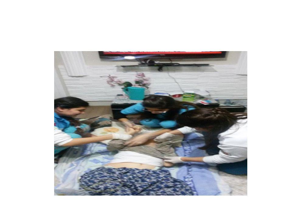 Banyo yaptırılan hastanın yastık kılıflarının değiştirilmesi