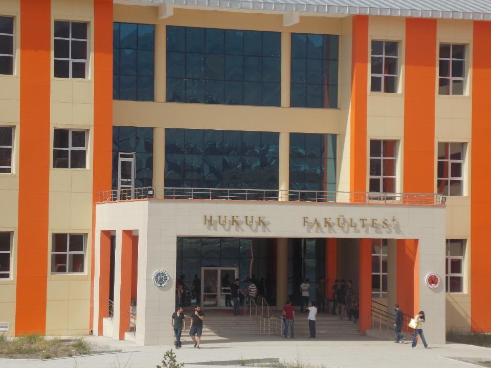 Tarihçe:  Atatürk Üniversitesi Hukuk Fakültesi 1987 yılında Erzincan'da açılmış, 1991 yılında eğitim-öğretime başlamıştır.