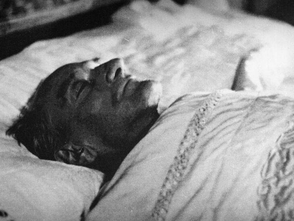 Ölümü Tüm çabalara rağmen hastalığı giderek artan Atatürk, 10 Kasım 1938'de Dolmabahçe Sarayı'nda, saat dokuzu beş geçe hayata veda etti. 21 Kasım 193