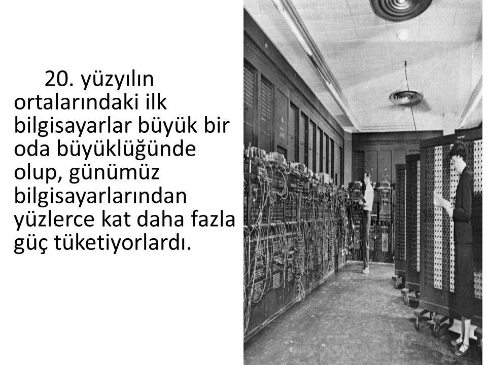 20. yüzyılın ortalarındaki ilk bilgisayarlar büyük bir oda büyüklüğünde olup, günümüz bilgisayarlarından yüzlerce kat daha fazla güç tüketiyorlardı.