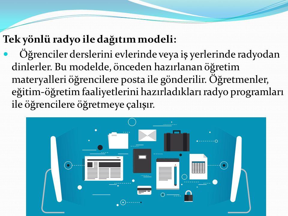 Tek yönlü radyo ile dağıtım modeli: Öğrenciler derslerini evlerinde veya iş yerlerinde radyodan dinlerler. Bu modelde, önceden hazırlanan öğretim mate