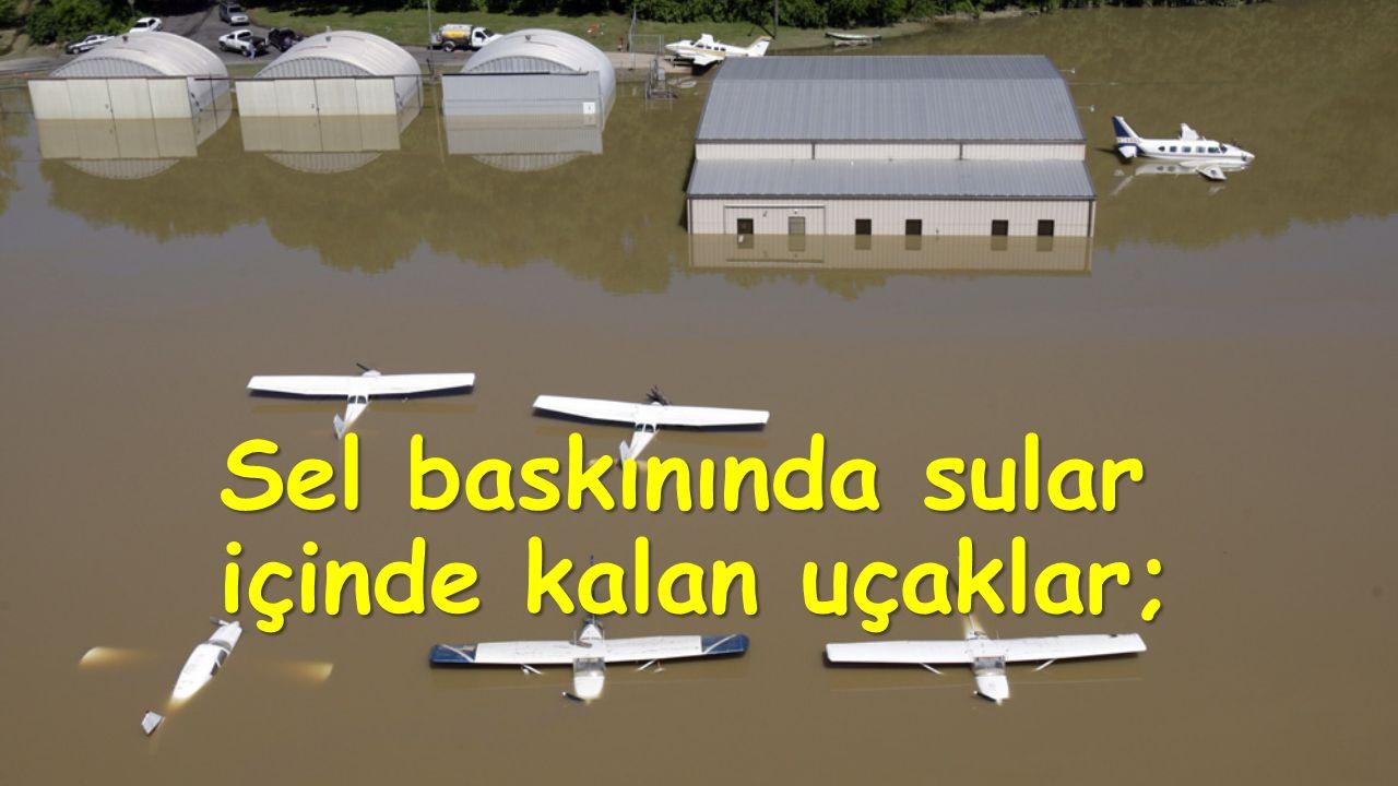 Sel baskınında sular içinde kalan uçaklar;