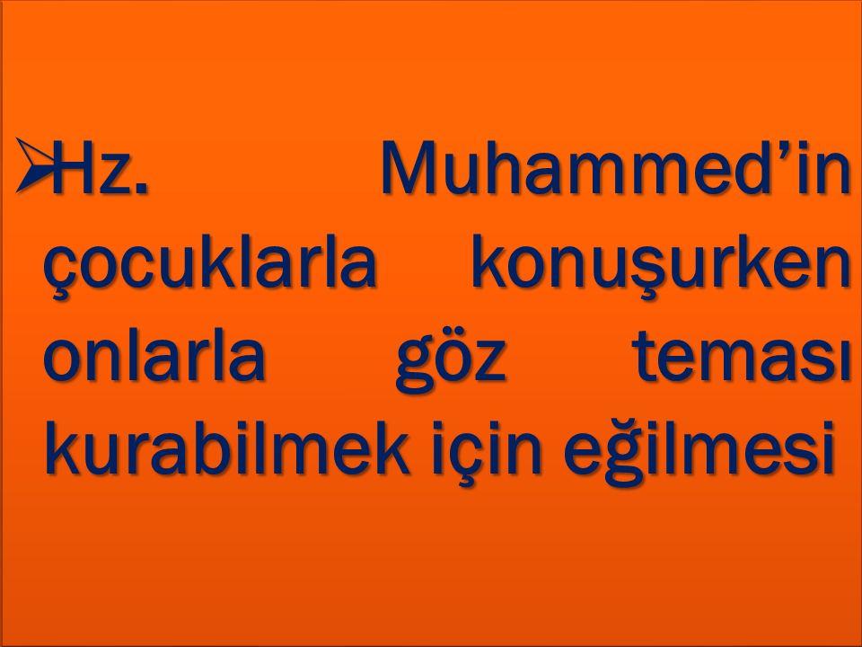  Hz. Muhammed'in çocuklarla konuşurken onlarla göz teması kurabilmek için eğilmesi HHHHz. Muhammed'in çocuklarla konuşurken onlarla göz teması ku